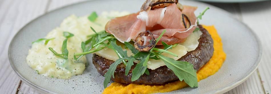 Hamburger Black Angus de Pâques sur purée de carottes et risotto de pommes de terre