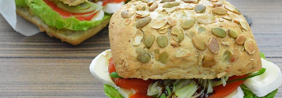Petits pains aux graines de courge avec poivrons grillés et tomme à la crème