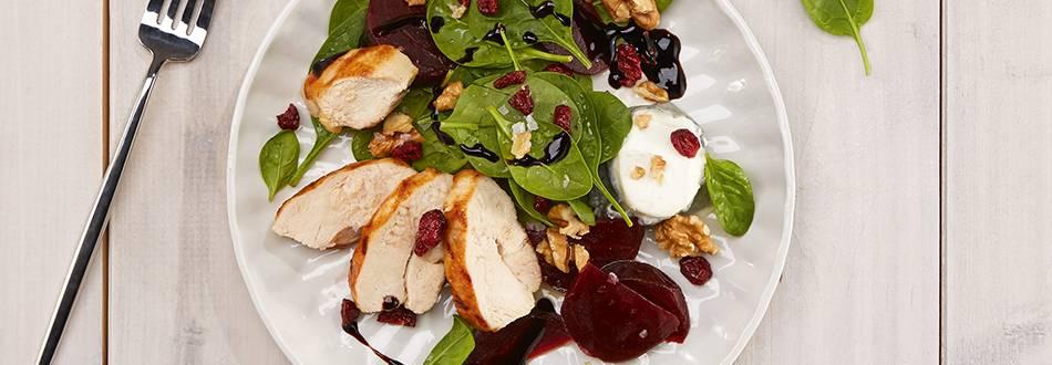 Salade betterave-épinards avec poulet, fromage de chèvre et noix
