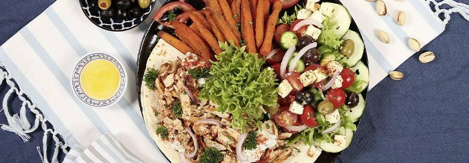 Assiette gyros avec frites de patate douce et salade grecque