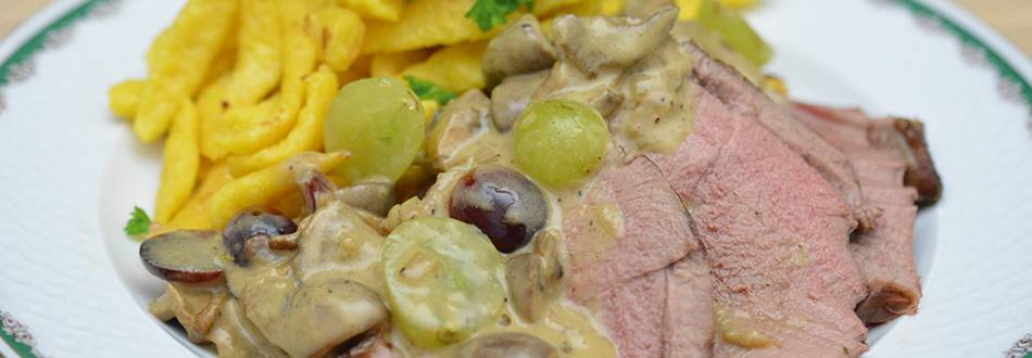 Cuissot de chevreuil avec sauce aux champignons et spätzli aux oeufs