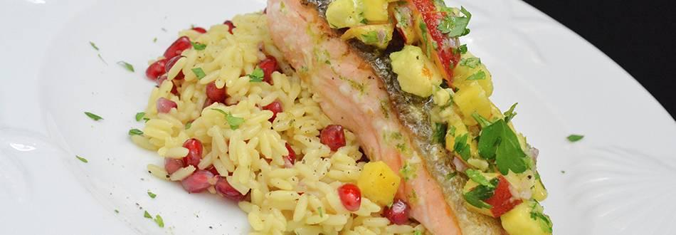 Filet de saumon avec salsa à l'avocat et à la nectarine et riz à la grenade