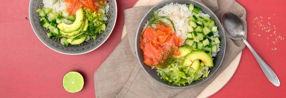 Poké Bowl avec saumon fumé, avocat et riz jasmin