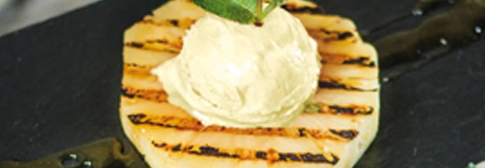 Ananas grillé avec sauce au yaourt et glace