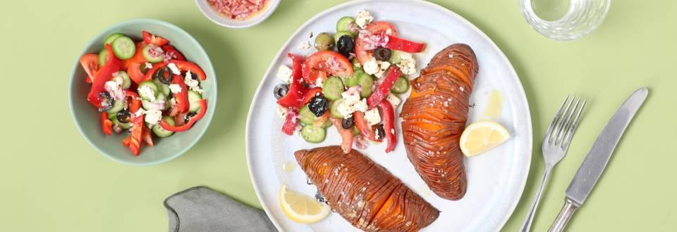 Patates douces façon hasselback et salade grecque
