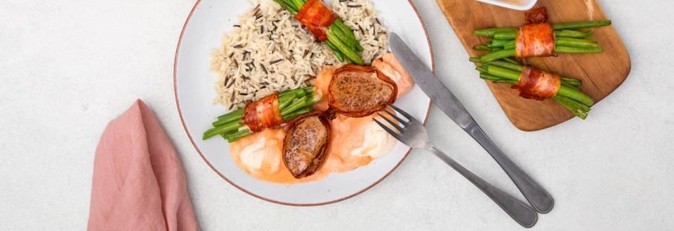 Filet festif accompagné de riz sauvage et de haricots en fagots