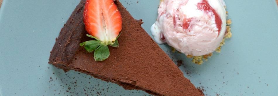Tarte au chocolat et sa glace à la fraise