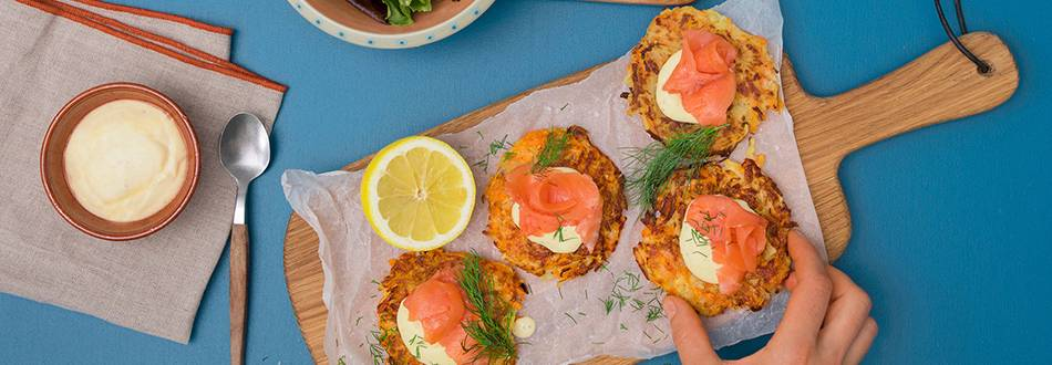 Salmone affumicato su rösti di patate e carote con honey mustard dip e insalata