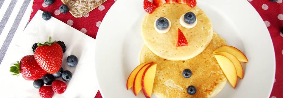 Pancake en forme d'oiseau aux fruits frais