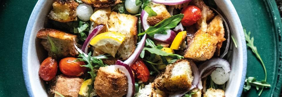 Salade aux légumes grillés et au pain