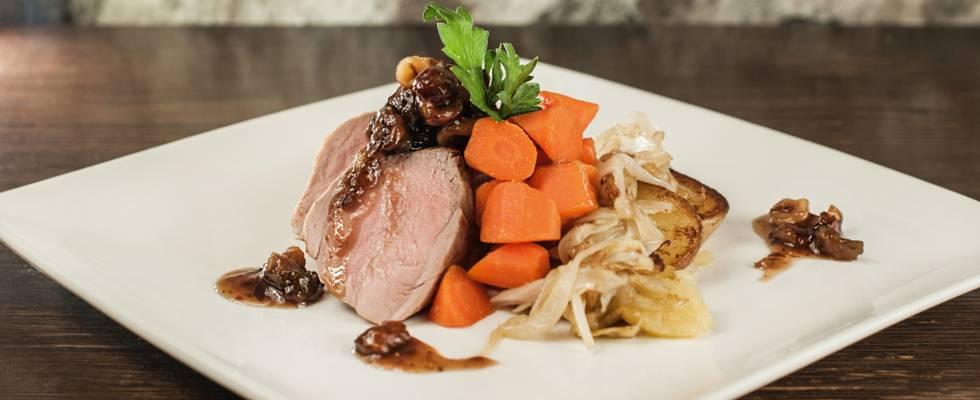 Filet mignon de porc au chutney de figues et noisettes, pommes de terre à la lyonnaise et carottes glacées