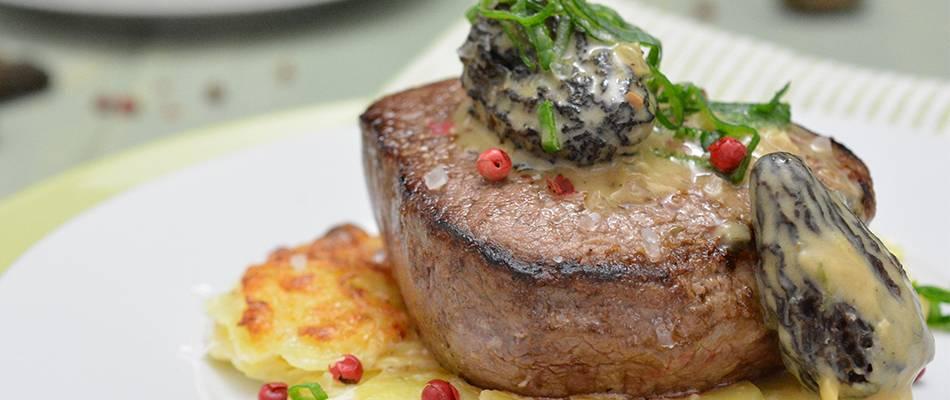 Filet de bœuf Angus sur gratin de pommes de terre avec crème aux morilles